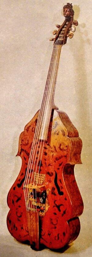 Un hermoso ejemplar de bajo de viola, que lleva el escudo de los Somerset pintado bajo el punte. El bajo de viola es mas conocido por el nombre de Viola da Gamba.
