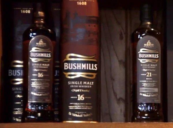 Botellas de whisky Bushmills de 21 y 16 años