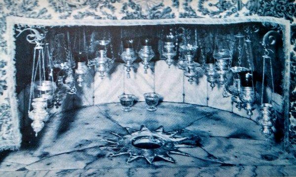 La historia del nacimiento de Jesús identifica este punto como el lugar donde nació. Ha sido recubierto de mármol e iluminado con las lámparas de la fe. Gruta de Navidad, en Belén. La estrella de plata indica la posición del pesebre.